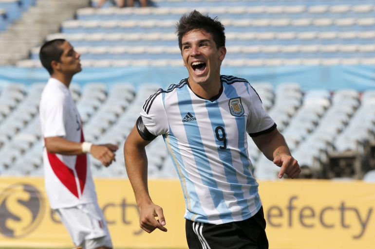 Argentina's Giovanni Simeone celebrates after scoring against Peru during a match for the South American Under-20 Championship in Montevideo, January 26, 2015. REUTERS/Andres Stapff (URUGUAY - Tags: SPORT SOCCER)