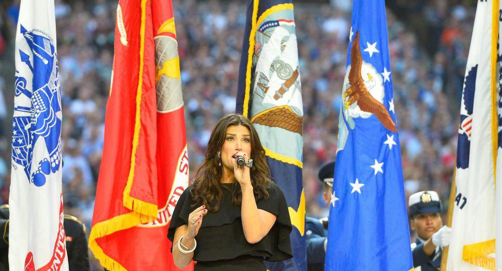 Idina Menzel interpreta el himno de Estados Unidos.