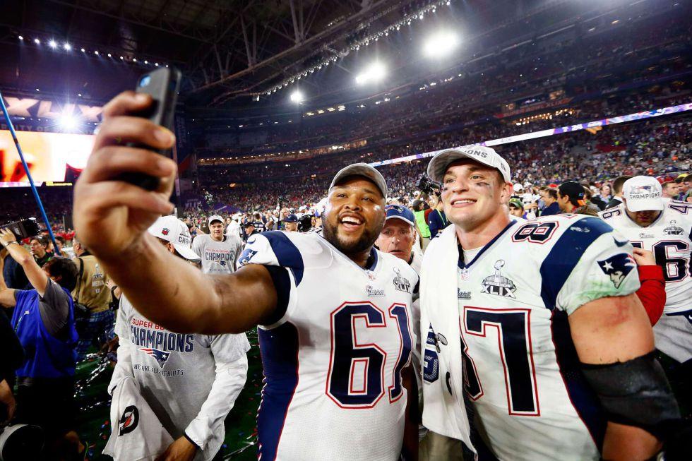 Marcus Cannon y Rob Gronkowski celebran el título en la Super Bowl.