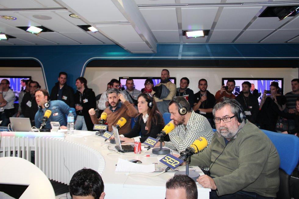 Ponseti, Dani Garrido, Laura Martínez, Carlos Iribarren y Xavi Saisó, atentos a la final de la NFL