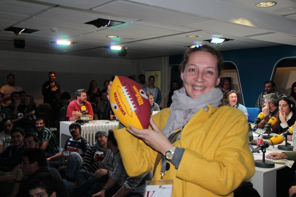 Una de las ganadoras de los balones que hemos repartido durante la Super Bowl.