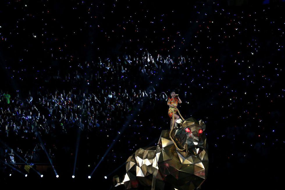 Katy Perry, en su actuación durante la final de la Super Bowl entre los Patriots y los Seahawks.