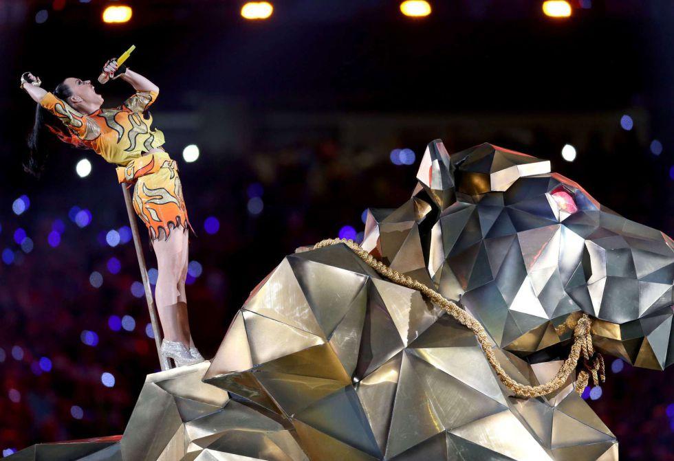 Un momento de la actuación de Katy Perry y Lenny Kravitz en la Super Bowl.