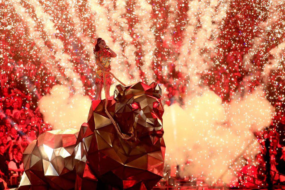 Katy Perry, rodeada de fuegos artificiales en la Super Bowl.