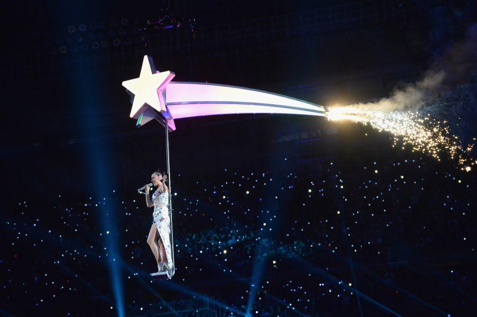 Katy Perry, por los aires durante su actuación en el descanso de la Super Bowl.