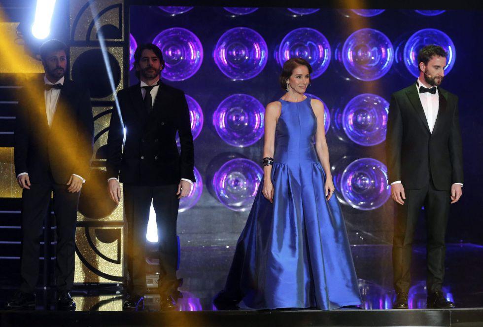 El actor Dani Rovira (d) y la cantante y actriz Ana Belén durante la actuación musical que ha abierto la ceremonia