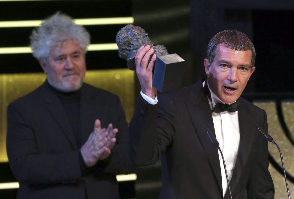 El actor Antonio Banderas (d), acompañado por el director Pedro Almodóvar (detrás), recibe el Goya de Honor