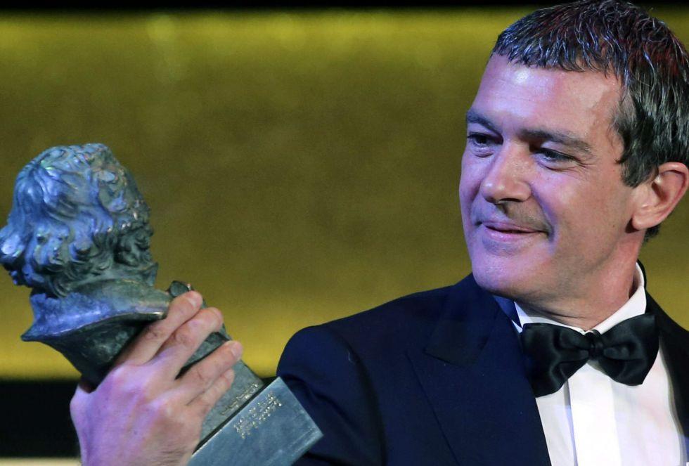 El actor Antonio Banderas mirando su Goya de Honor