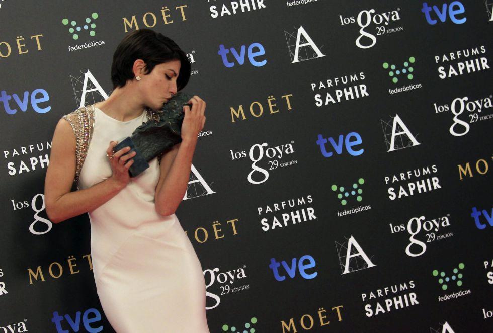 La actriz Bárbara besando su Goya