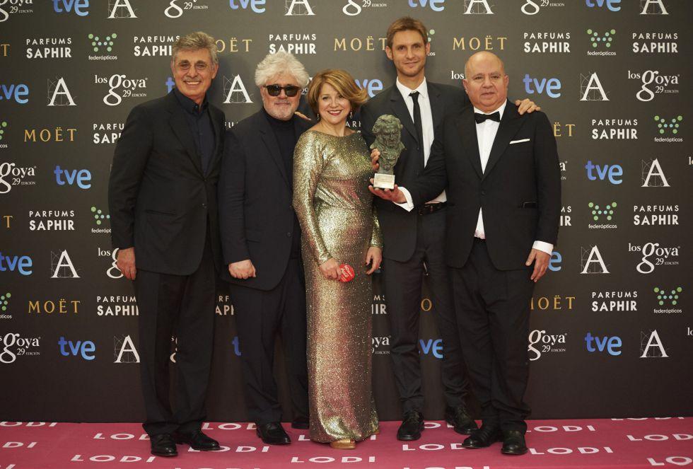 El director de 'Relatos salvajes', Damian Szifron, sostiene su Goya a mejor película hispanoamericana junto a sus productores, los hermanos Almodóvar