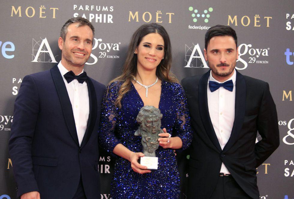 La cantante India Martínez, acompañada por los músicos Riki Rivera (d) y David Santiesteban (i), tras recibir el galardón a la Mejor Canción Original, incluida en la banda sonora de la película 'El Niño'