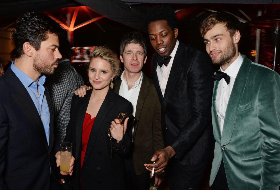 Dominic Cooper, Dianna Agron, Noel Gallagher, Adrien Sauvage y Douglas Booth, en la fiesta después de la ceremonia