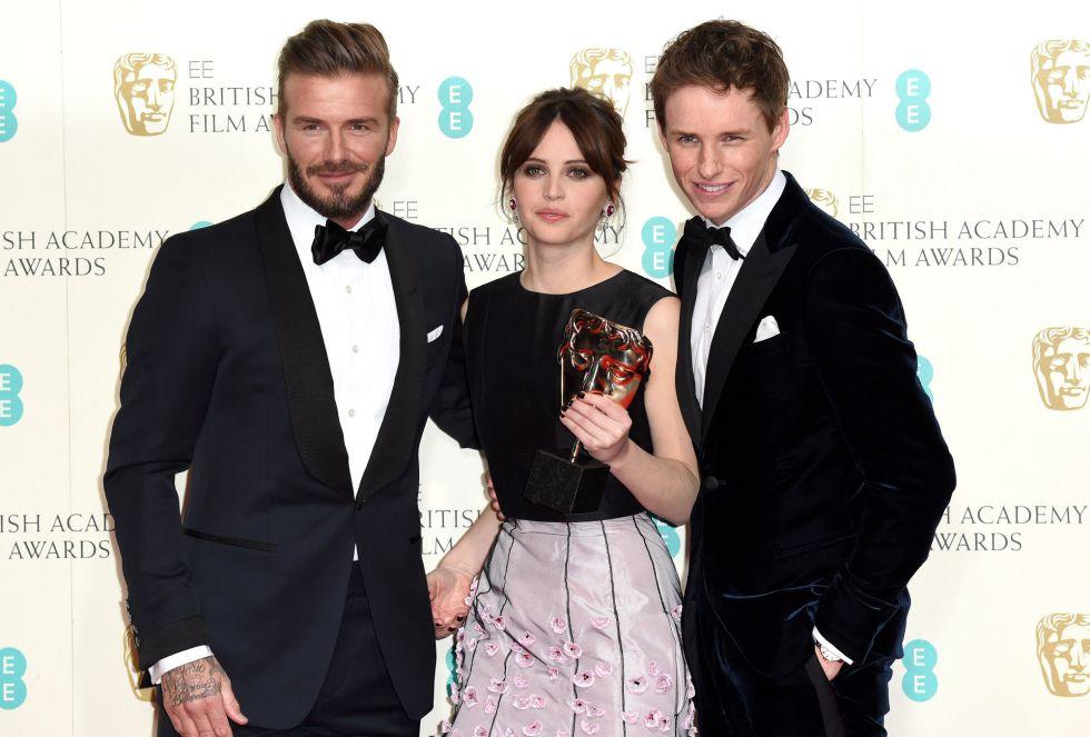 David Beckham posa junto a Felicity Jones and Eddie Redmayne