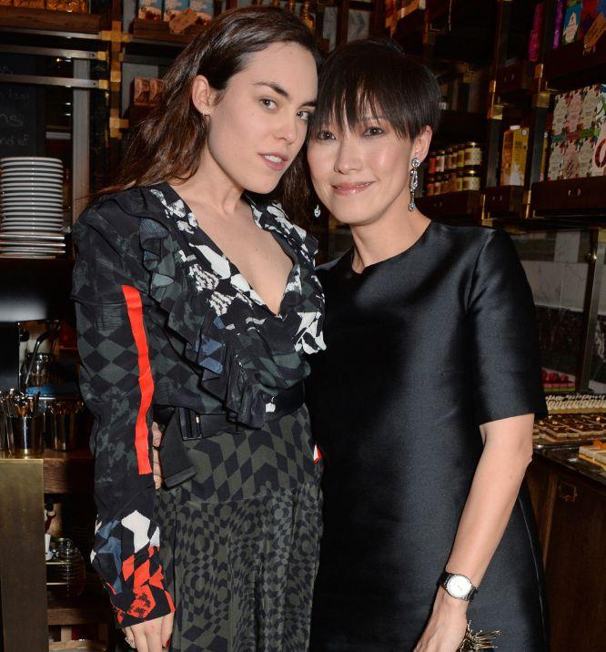 Tallulah Harlech (L) y Sandra Choi lucen sus modelitos