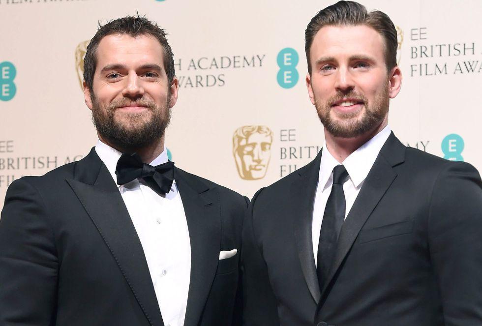El actor británico Henry Cavill (L) y el americano Chris Evans (R) posan ante la prensa