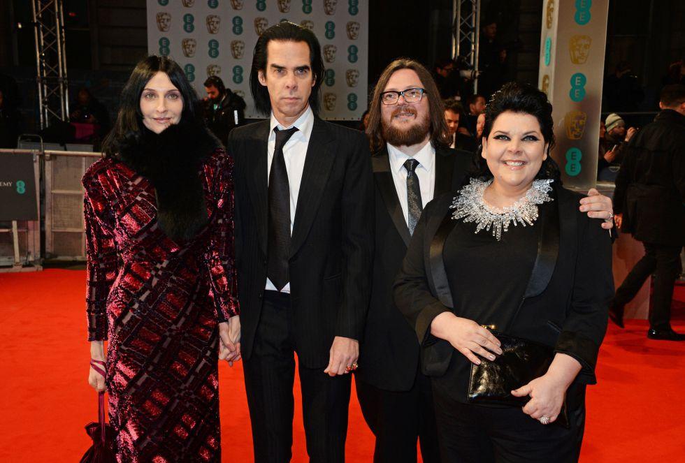 Susie Bick, Nick Cave, Iain Forsyth y Jane Pollard, en la alfombra roja