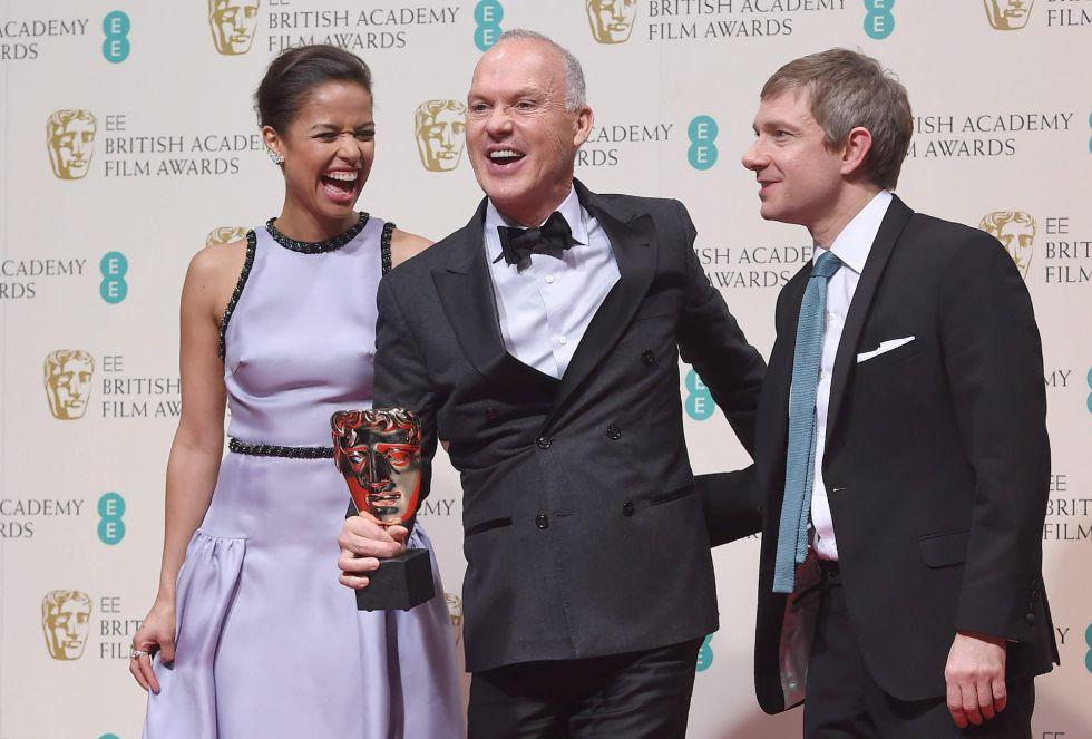 Michael Keaton (C), junto a Gugu Mbatha-Raw (L) y Martin Freeman (R), con su Bafta en la mano