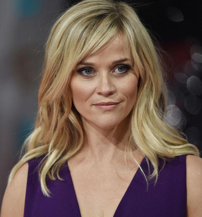Tampoco se quedó corta de escote la actriz Reese Witherspoon