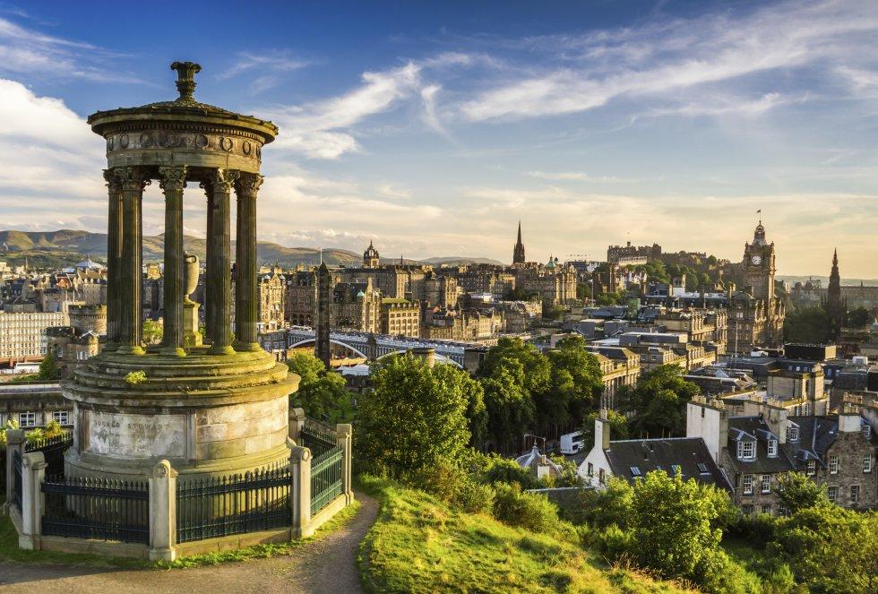 Su famoso festival internacional de arte y música congrega cada año a miles de personas que abarrotan las calles de esta maravillosa ciudad escocesa.