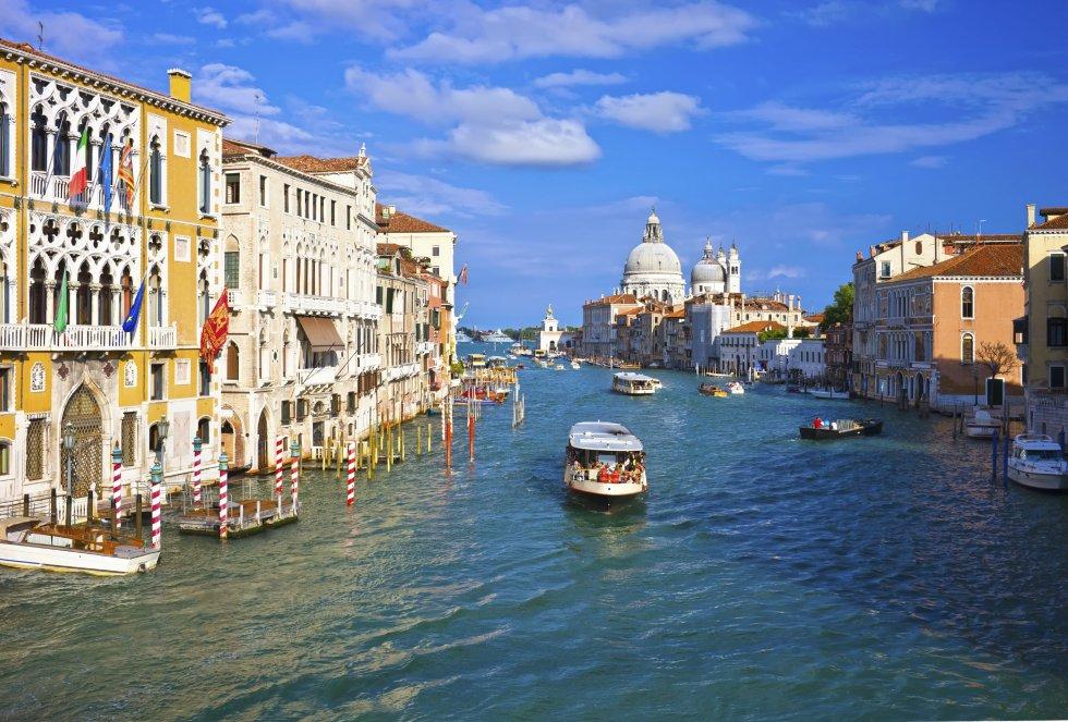 La próxima parada nos lleva a Venecia. Una isla flotante con un encanto singular. Sus canales navegados por góndolas y el famoso carnaval veneciano otorgan un motivo más para visitarla.