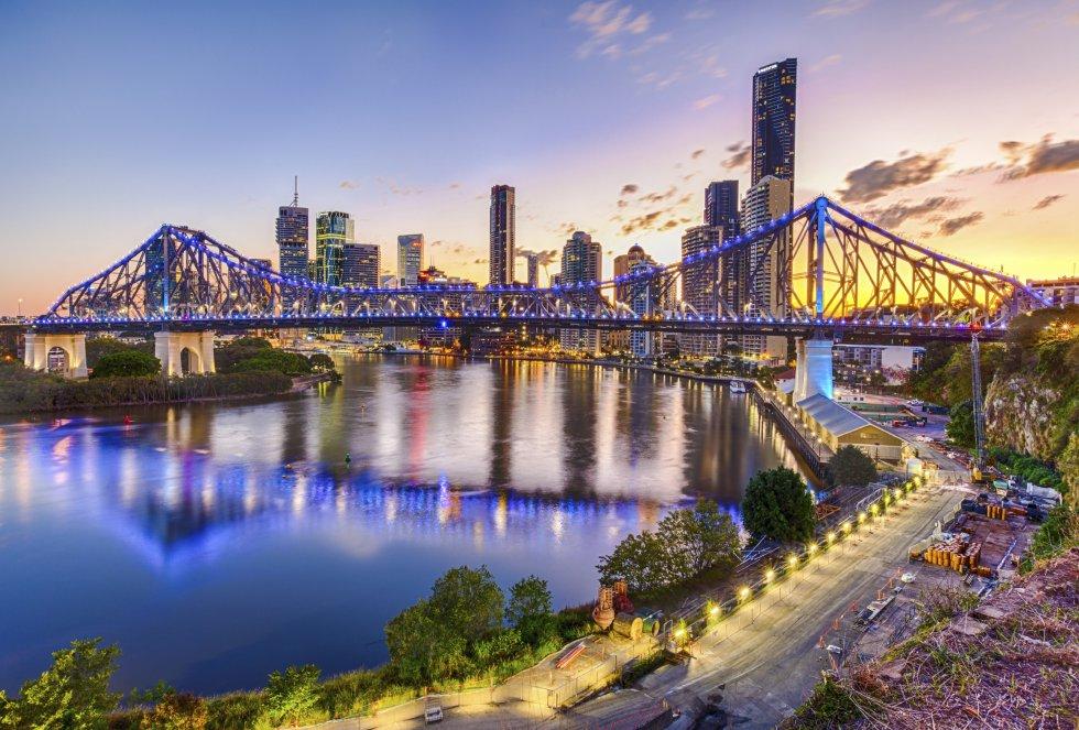 La tercera ciudad más grande de Australia ofrece un espectáculo de luz cada noche gracias a sus rascacielos y sus puentes colgantes. El enorme río Brisbane, que da nombre a la ciudad, contribuye a este paisaje.