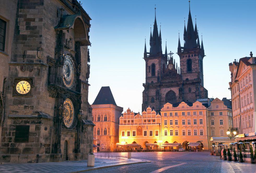 Praga es una ciudad con dos caras: por la noche se convierte en una de las urbes con más ambiente de Europas, pero por la mañana puedes perderte por el laberinto de calles que componen la ciudad.