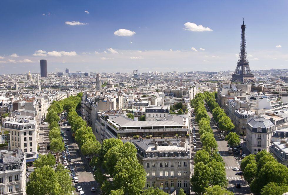 La famosa ciudad del amor recibe cada año a millones de enamorados, que disfrutan de la noche parisina a la luz de la Torre Eiffel. Sus elegantes calles y glamorosos bulevares han llevado a París al podio.