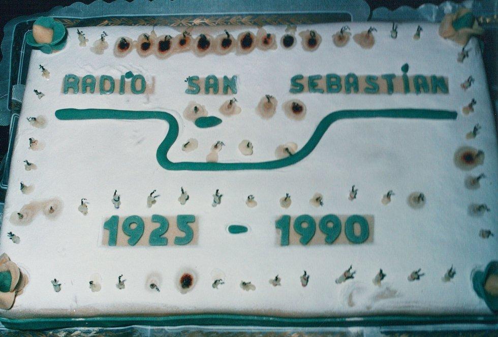 Tarta de celebración del 65 cumpleaños de Radio San Sebastián