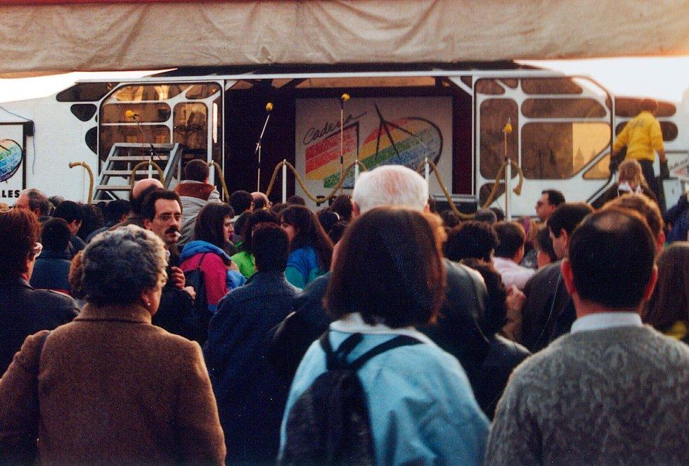 La gente se congrega frente al estudio móvil de la Cadena SER instalado en Alderdi Eder en 1991
