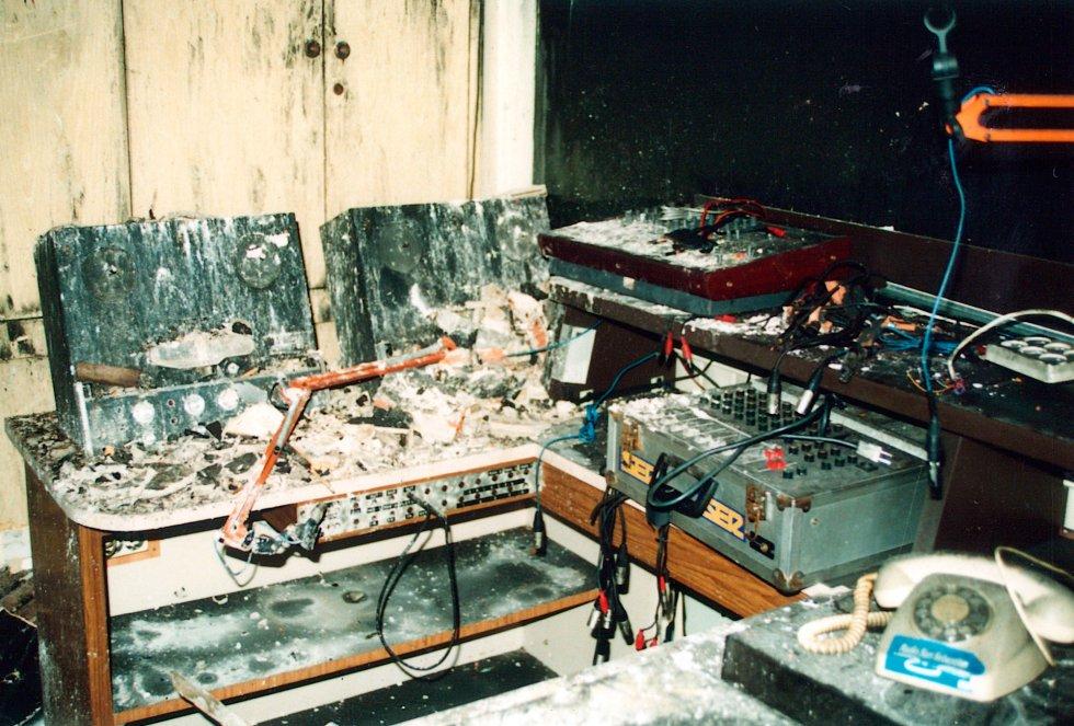Estado en el que quedó uno de los estudios de Radio San Sebastián tras el incendio de 1991