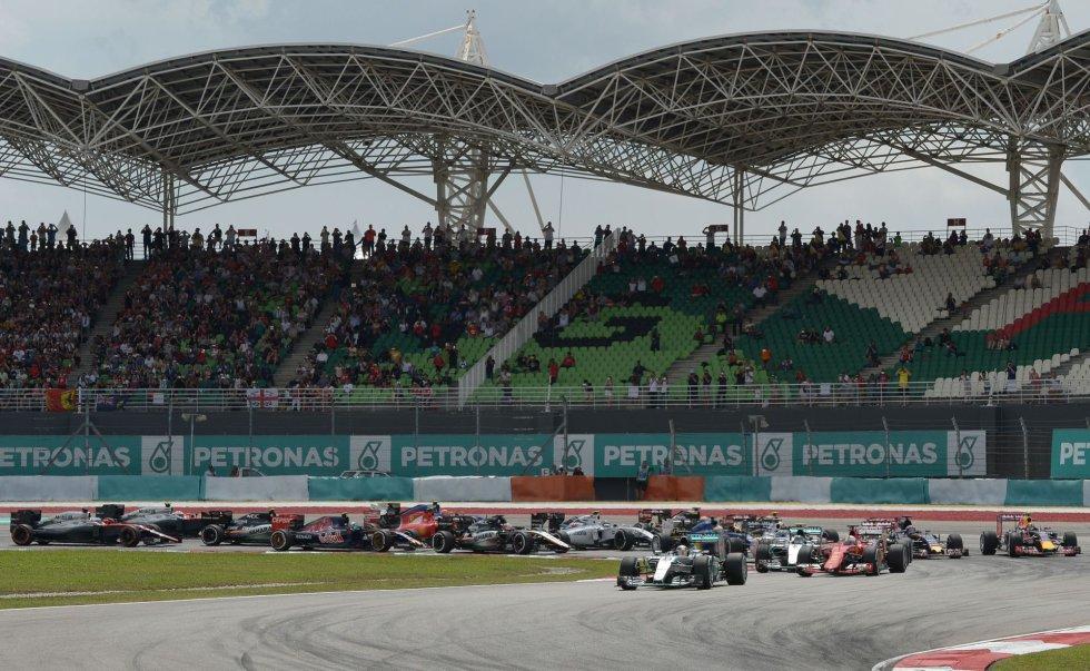El británico de Mercedes sale desde la 'pole' en Sepang.