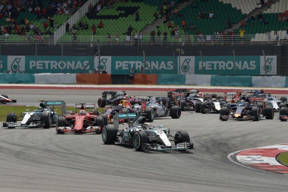 El piloto de Ferrari persigue al actual campeón del mundo en las primeras curvas de la carrera.