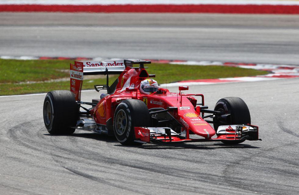 El alemán Sebastian Vettel lidera la carrera tras el coche de seguridad que entró por la salida de pista de Ericsson.