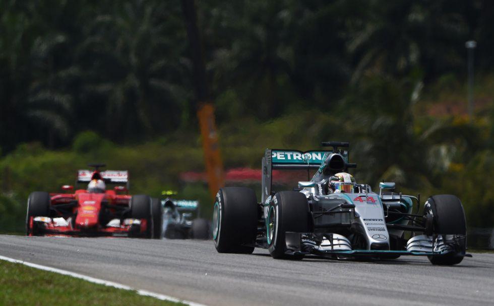 Hamilton recuperó la primera posición en el paso de Vettel por el 'pit lane'.