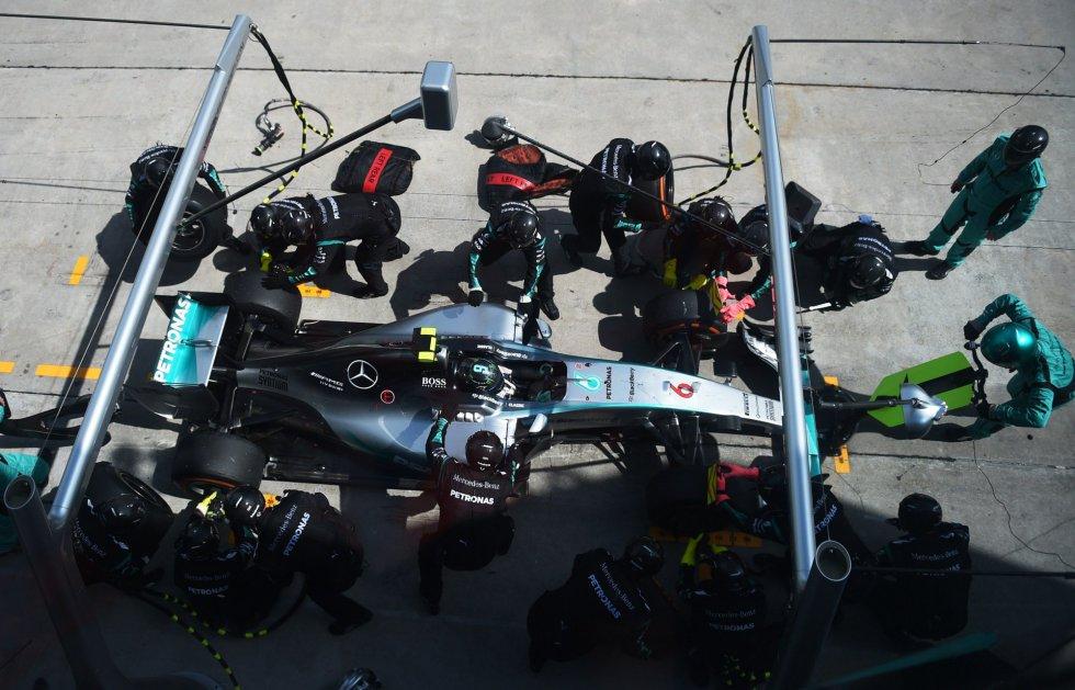 El paso de Nico Rosberg por su 'box' para cambiar neumáticos.