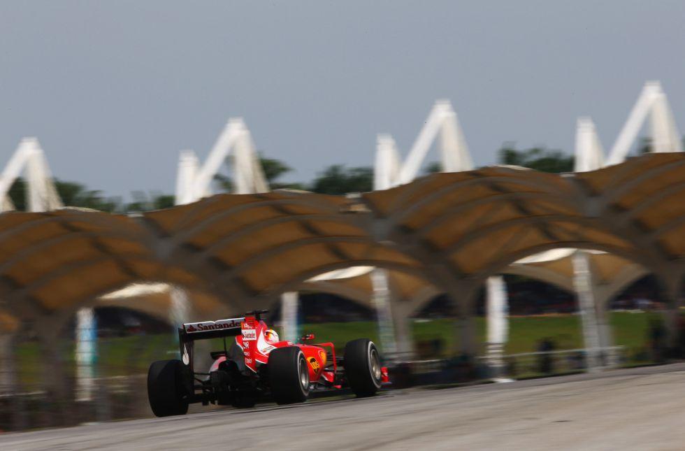 Sebastian Vettel ha vuelto a ponerse en cabeza de la carrera en las últimas vueltas. Su estrategia, entrar una vez menos en el 'box' que los Mercedes.