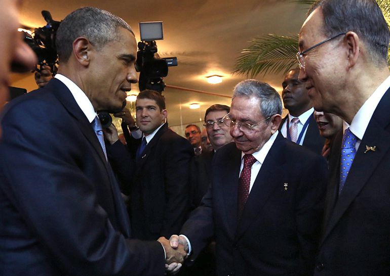 "Handout picture released by the Panamanian Presidency showing Cuban President Raul Castro (2-R) and US President Barack Obama (L) shaking hands as Castro's grandson and bodyguard Raul Rodriguez Castro (2-L), Cuban Foreign Minister Bruno Rodriguez (C) and United Nations chief Ban Ki-moon (R) look on, moments before the opening ceremony of the VII Americas Summit, in Panama City on April 10, 2015. AFP PHOTO / PRESIDENCIA PANAMA --- RESTRICTED TO EDITORIAL USE - MANDATORY CREDIT ""AFP PHOTO / PRESIDENCIA PANAMA"" - NO MARKETING NO ADVERTISING CAMPAIGNS - DISTRIBUTED AS A SERVICE TO CLIENTS"