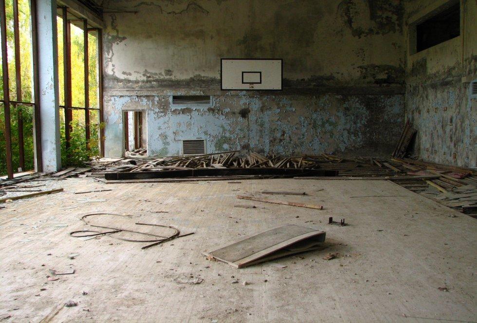 Esto es lo que queda de un gimnasio construido para las familias de los trabajadores de la planta nuclear de Chernobyl en Ucrania