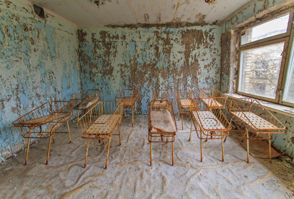 Hospital de la ciudad de Pripyat con camas pequeñas para los recién nacidos
