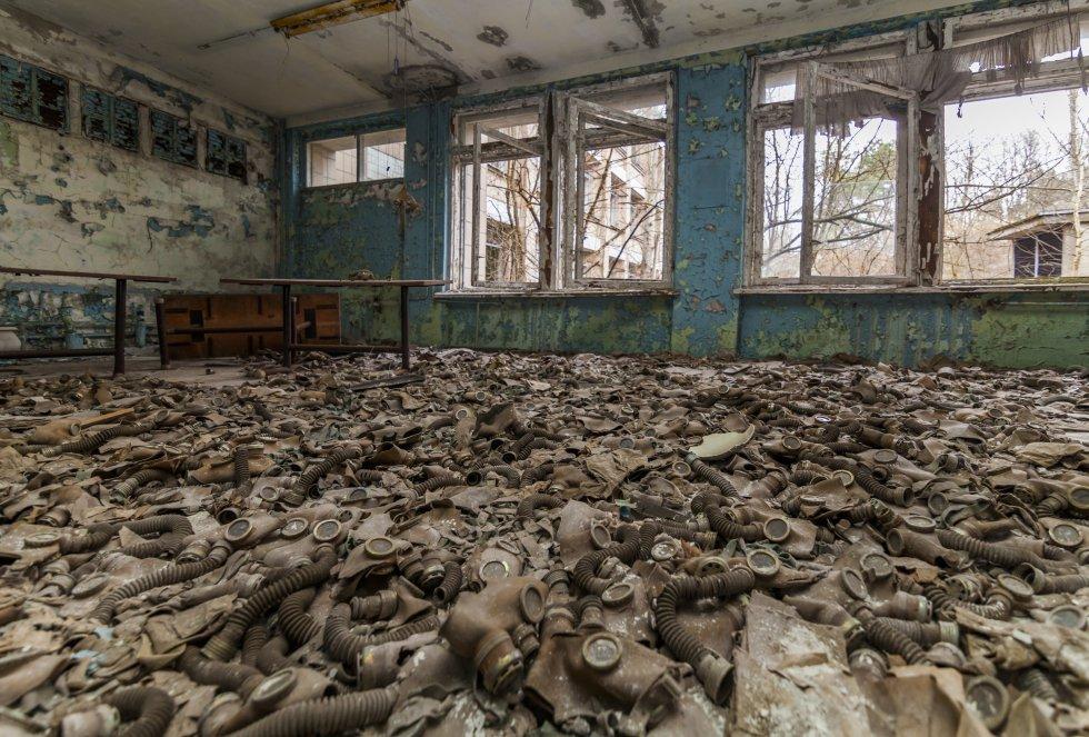 Escuela abandonada llena de máscaras antigás en la ciudad de Pripyat