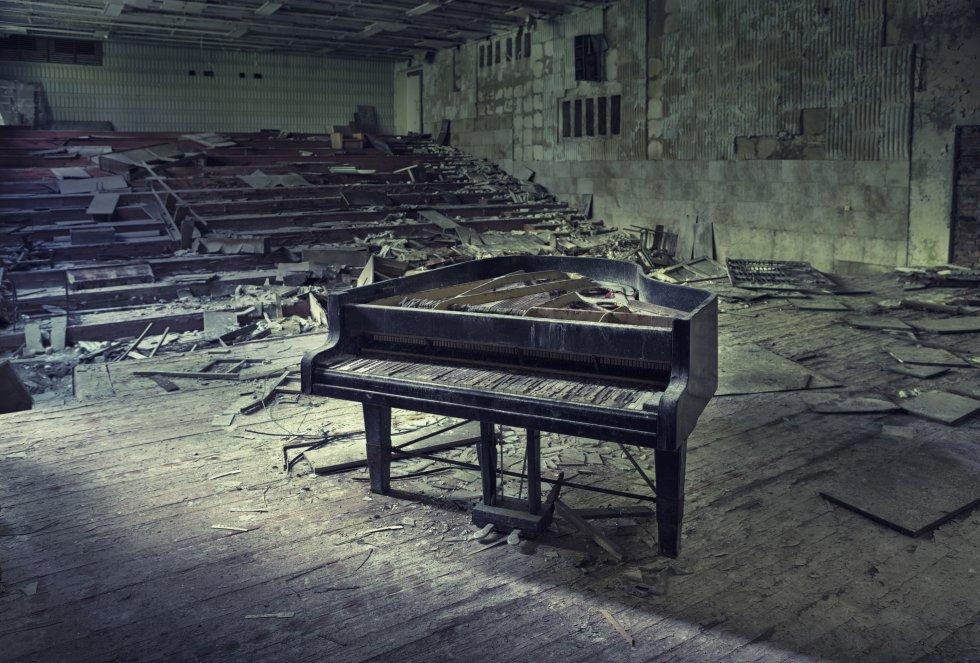 Un viejo piano en un edificio abandonado cerca de Chernóbil