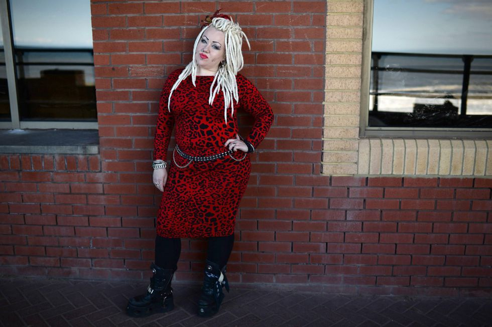 El personaje gótico, Tarah Price, posa para la foto en el Festival Gótico de Whitby, Inglaterra.