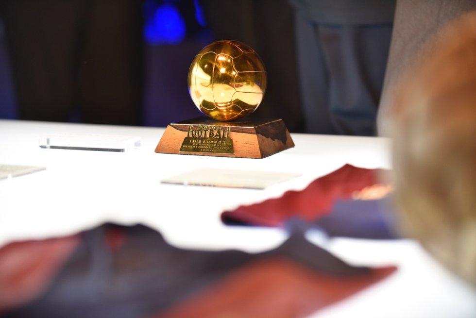 El Balón de Oro que ganó Luis Suárez en 1960, mucho más pequeño que el actual