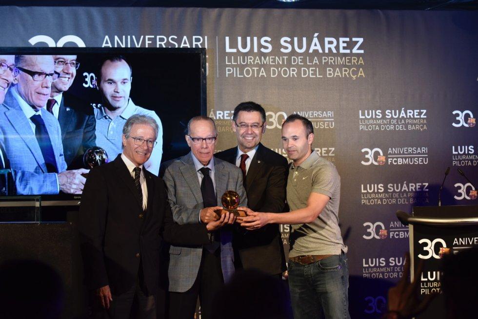 Foto de familia, con Luis Suárez como protagonista, sosteniendo el Balón de Oro