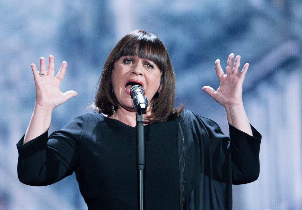 "La cantante Lisa Angell, representante de Francia en Eurovisión, interpretando ""N'oubliez pas"""