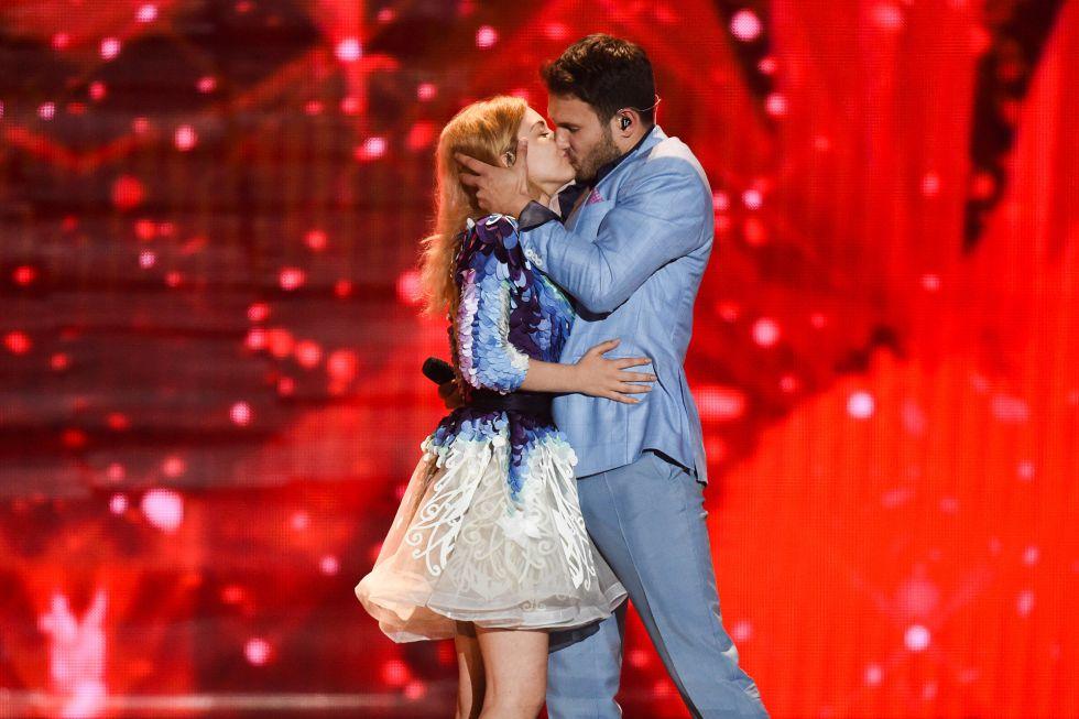 """Monika Linkyte y Vaidas Baumila, de Lituania, se besan en la interpretación de """"This time""""."""