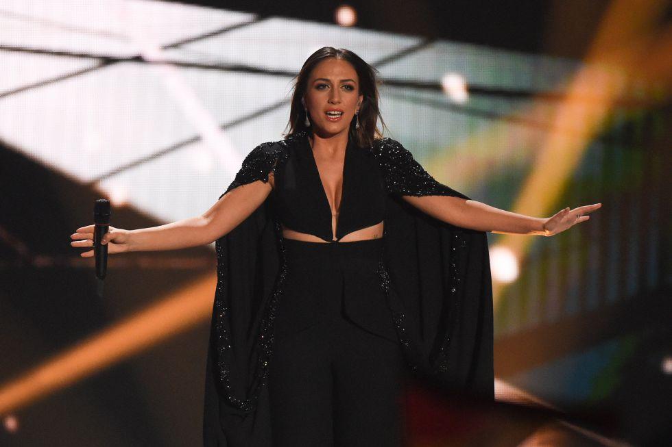 "Elhaida Dani, de Albania, se presenta con ""I'm Alive""."