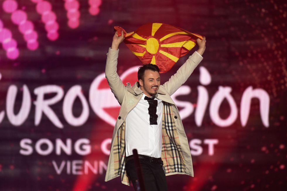 """Daniel Kajmakoski, de Macedonia, en el escenario con """"Autumn Leaves""""."""