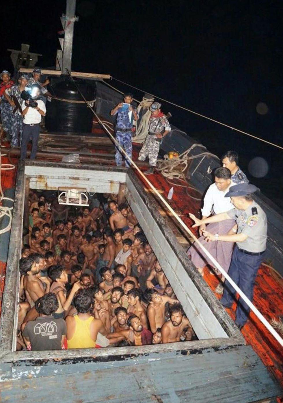 Oficiales de la Polícia de Myanmar intentando calmar a los 208 inmigrantes blangladeshíes antes de su rescate.
