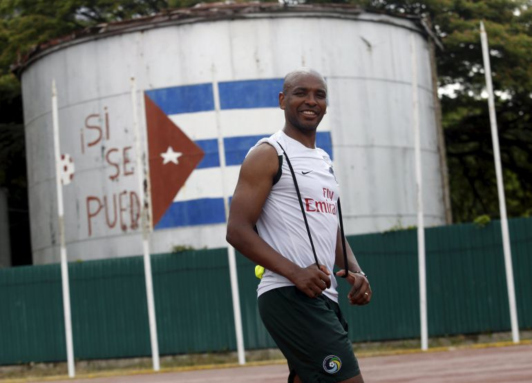 "New York Cosmos' Marcos Senna passes by a Cuba's national flag painted on a water reservoir where it reads ""Si se puede"", or Yes we can, after a training session ahead of his exhibition match against Cuba's national team on Tuesday, in Havana June 1, 2015. The Cosmos are on a goodwill mission to Cuba. REUTERS/Stringer"
